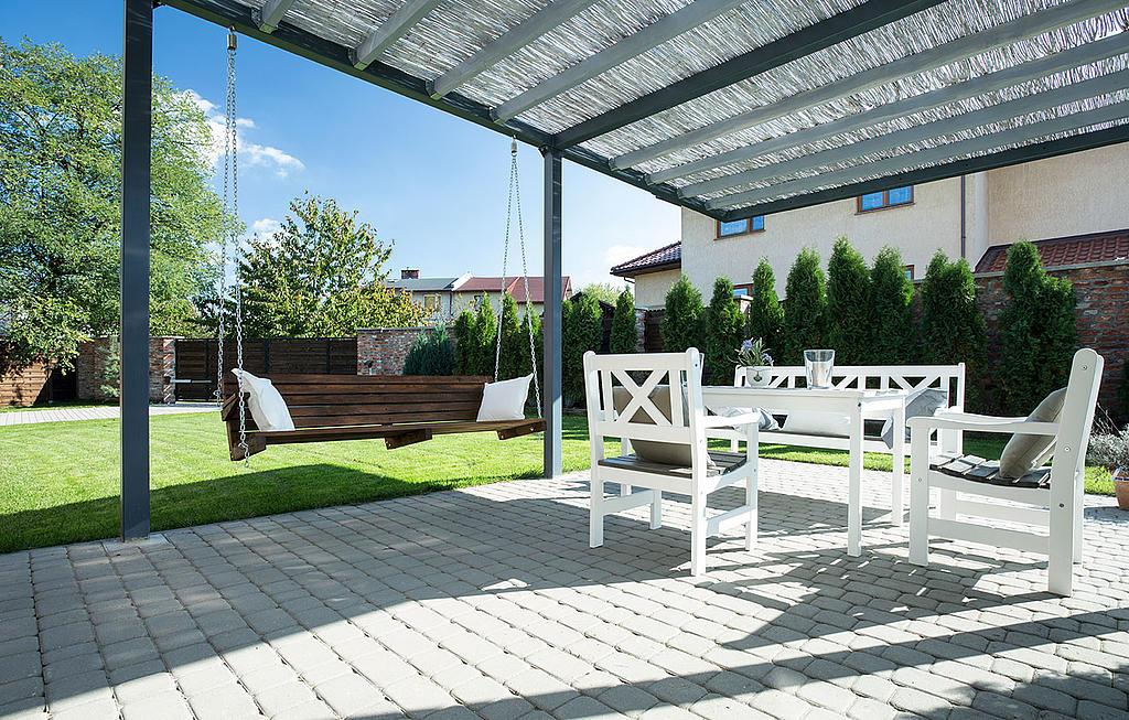 Terrasse mit modernen, komfortablen Gartenmöbel